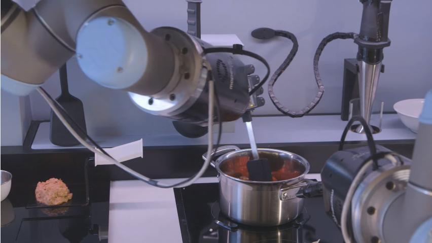 หุ่นยนต์ทำอาหารต้นแบบ (ภาพ Wired UK)