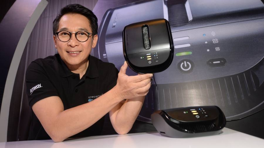 กิจธวัช ฤทธีราวี กรรมการผู้จัดการ บริษัท แอมเวย์ (ประเทศไทย) จำกัด ถือเครื่องกรองอากาศในรถยนต์รุ่น Atmosphere Drive