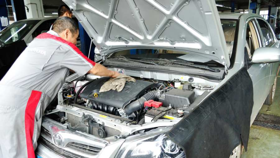 Porfessional worker cleaning the car engine in toyota auto service garage,Shenzhen on Oct 17, 2013 in Shenzhen city,China.