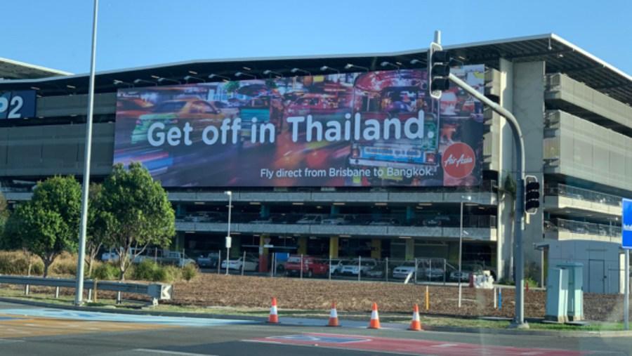 โฆษณาของ Air Asia บริเวณสนามบินในเมืองบริสเบน ประเทศออสเตรเลีย