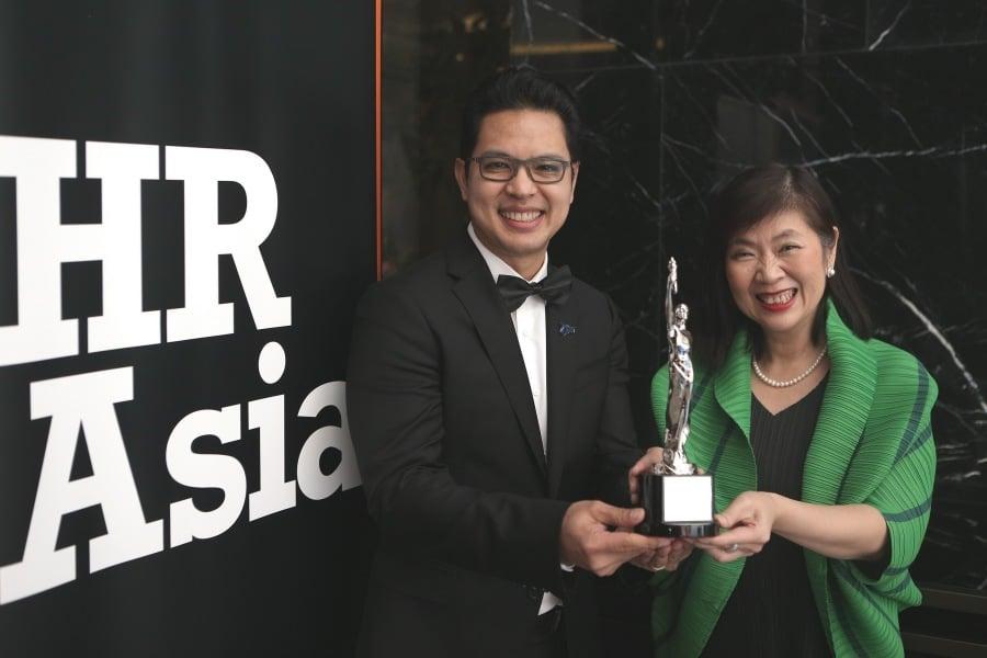 นายธนวัฒน์ สุธรรมพันธุ์ กรรมการผู้จัดการ และ นางสาวชุติมา สีบำรุงสาสน์ ผู้อำนวยการสายงานบริหารทรัพยากรบุคคล บริษัท ไมโครซอฟท์ (ประเทศไทย) จำกัด
