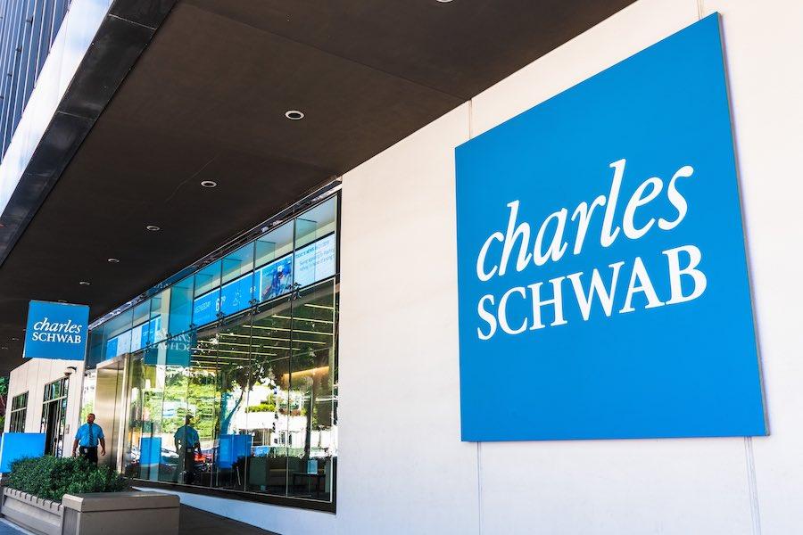 เมื่อ 2 บริษัทหลักทรัพย์ที่เป็นคู่แข่งอย่าง Charles Schwab และ TD Ameritrade ต้องมาควบรวมกันเพื่อความอยู่รอด