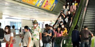Thai People and Travelers นักท่องเที่ยว สถานีรถไฟฟ้า