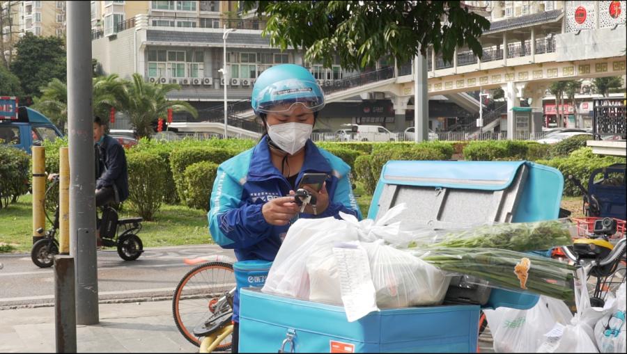 Shang Xinyuan พนักงานขับรถส่งของเดลิเวอรี่บนแพลตฟอร์ม Ele.me Photo: Alizila ในเครือของ Alibaba
